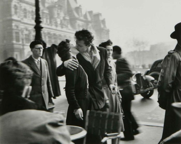 """Robert Doisneau """"Le Baiser de l'hôtel de ville"""" (1950), France"""