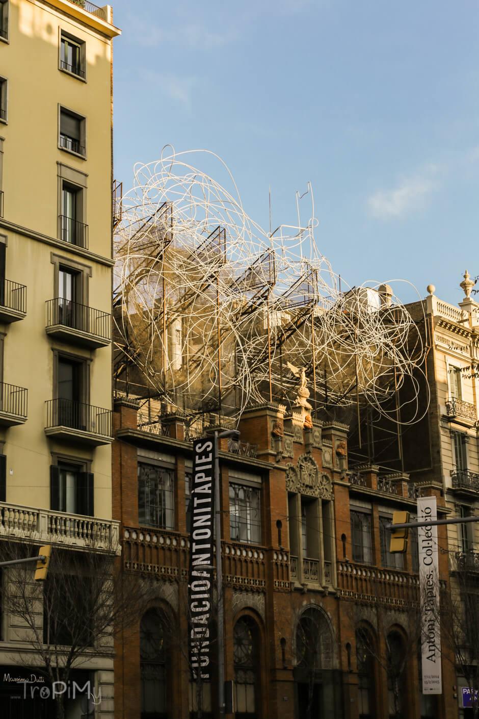 """Instalacja Antoniego Tàpiesa """"Chmura i krzesło"""""""