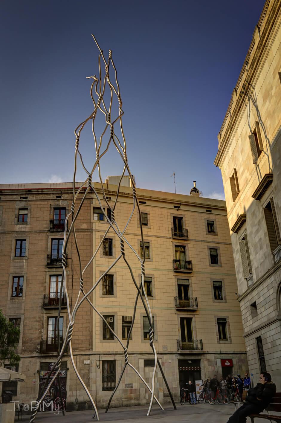 """Bardzo podoba mi się ta instalacja z """"drutu"""""""